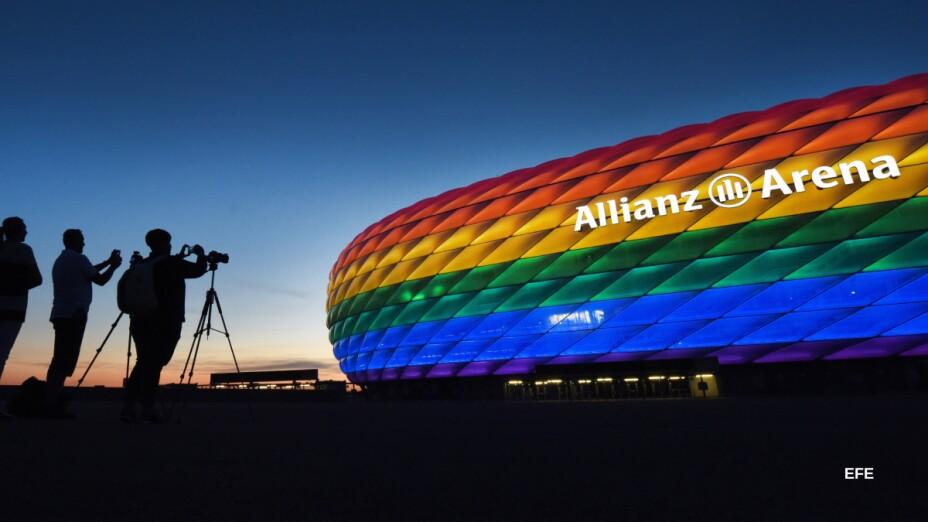 Allianz Arena iluminado con el arco iris