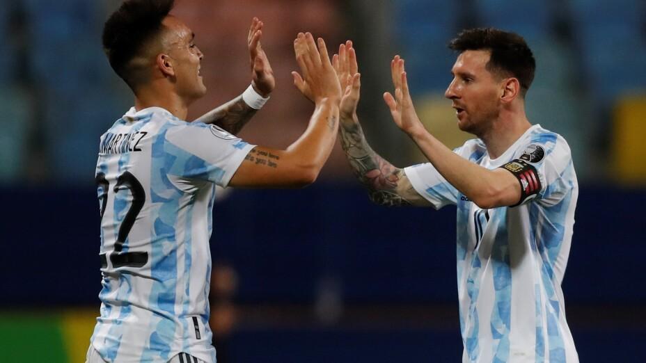 Messi celebra con Lautaro Martínez