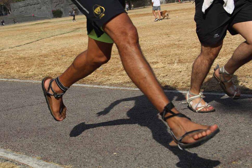 B00GTL UNAM-Maratonista carrera en sandalias (3).jpg