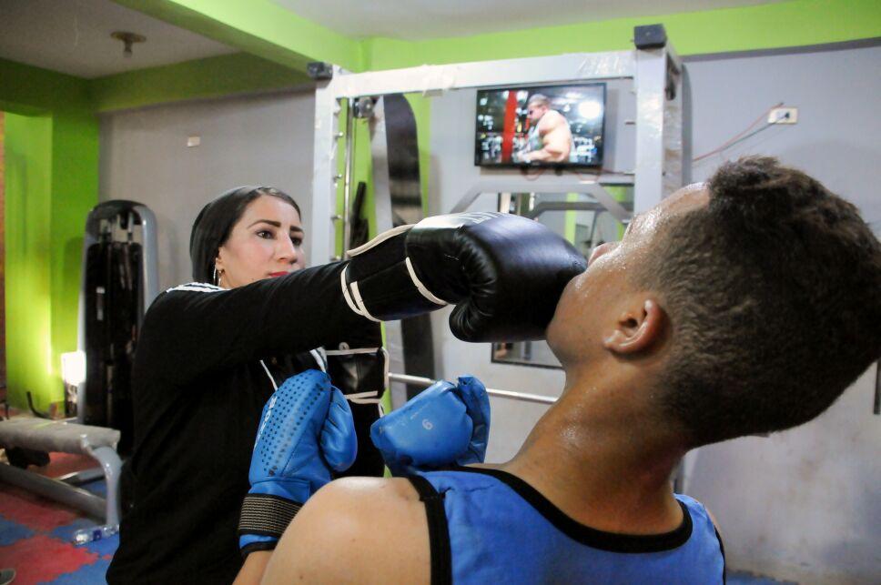 Madre soltera y entrenadora de box en Egipto.