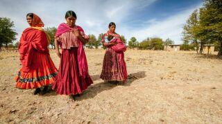 tres mujeres indigenas una con un niño