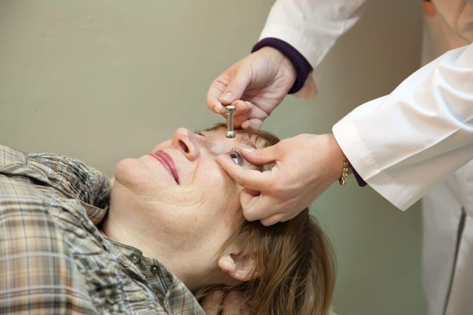 El Oftalmólogo mide la presión ocular.