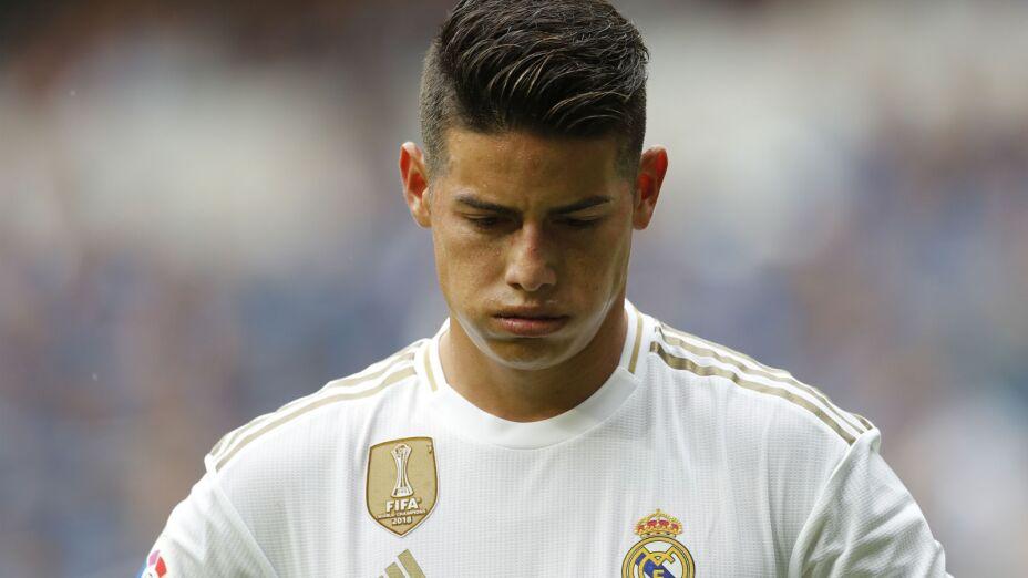 El colombiano James Rodríguez, del Real Madrid, se toma un respiro durante el partido de la Liga española ante Levante, en el estadio Santiago Bernabéu de Madrid. Imagen, AP.