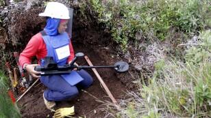 Imagen de archivo de Aleida Toro trabajando con su detector en una zona donde fueron hubicadas minas antipersonales por grupos rebeldes cerca del municipio de Sonsón, en el departamento de Antioquia, en Colombia