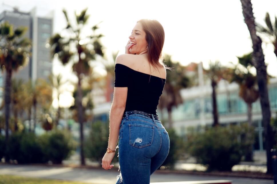 mujer en skinny jeans capitalistas