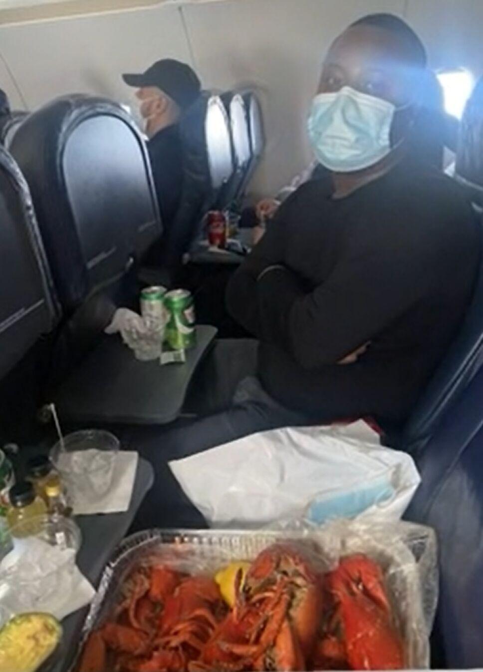 Arman cena de mariscos en pleno vuelo a Las Vegas.