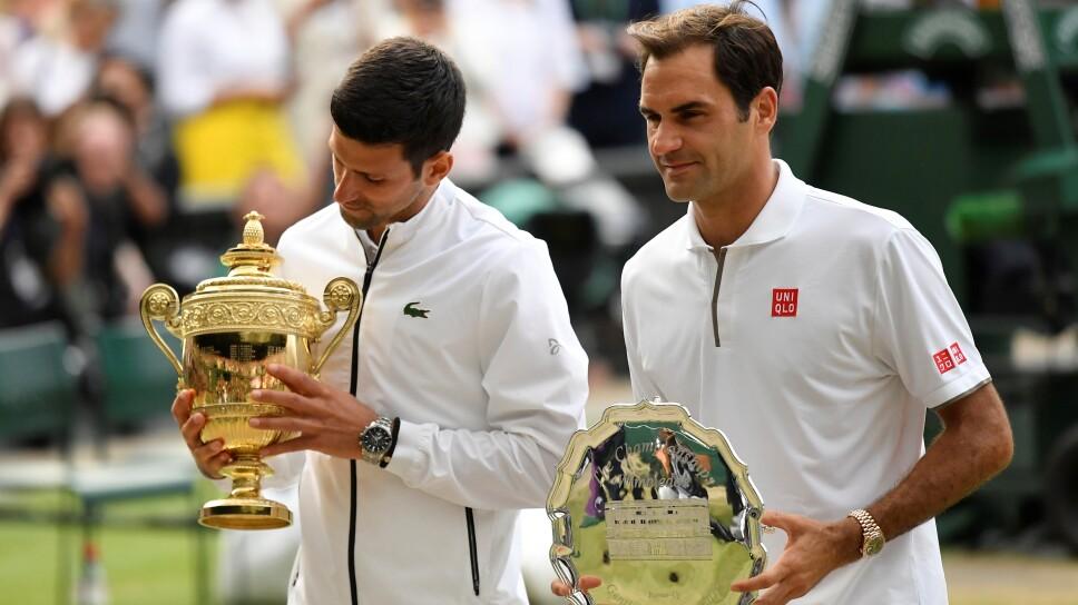 Foto de archivo del campeón de la edición 2019 de Wimbledon, Novak Djokovic, y el finalista Roger Federer en la entrega de premios