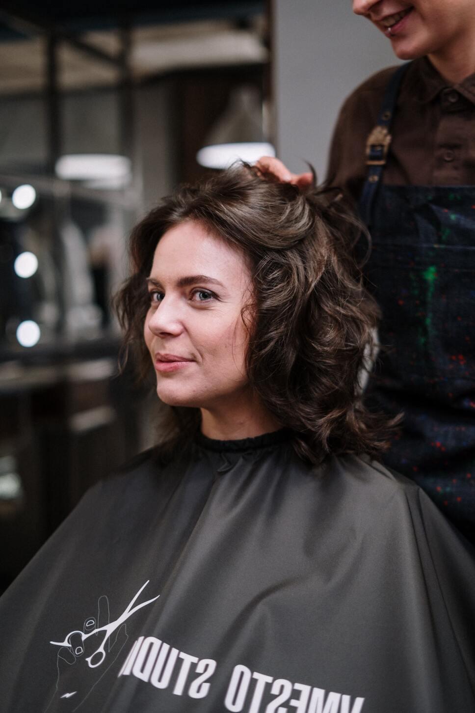 mujer cortandose el pelo en fase lunar
