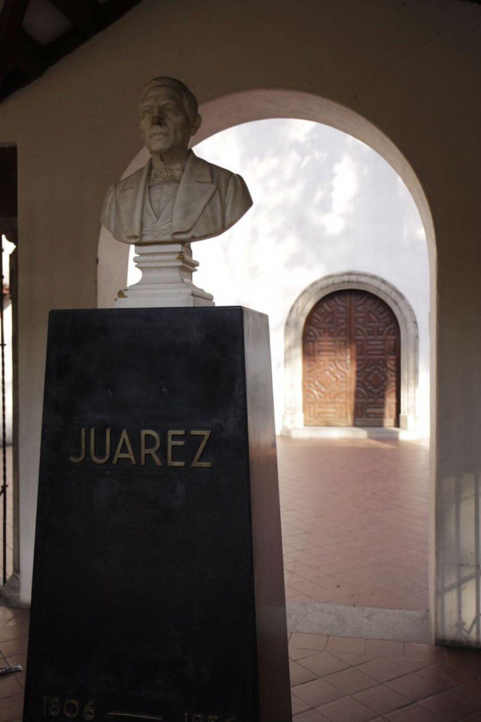 Busto de Benito Juárez a la entrada de su biblioteca / Foto: Archivo
