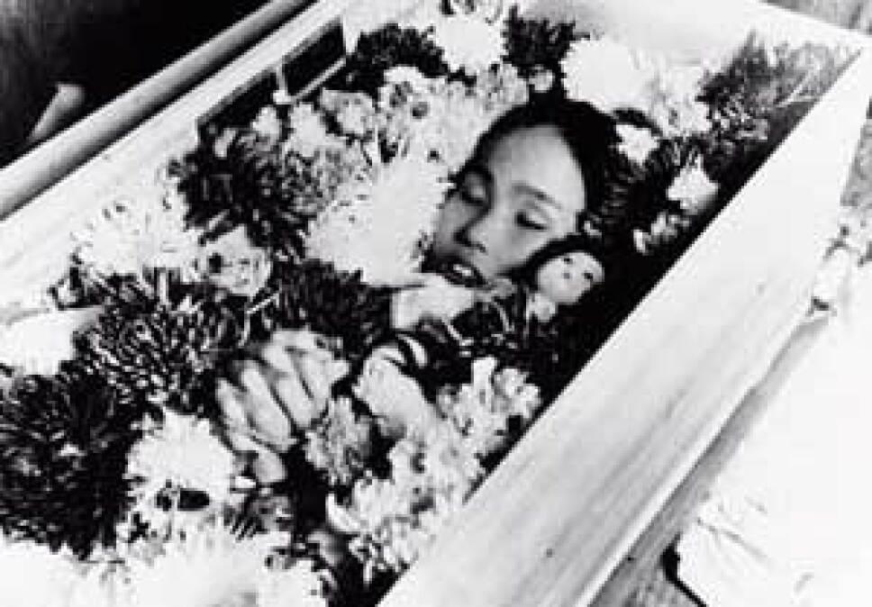 sadako sasaki con flores y grullas