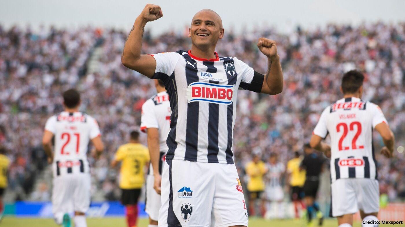 4 futbolistas chilenos méxico chupete suazo.jpg