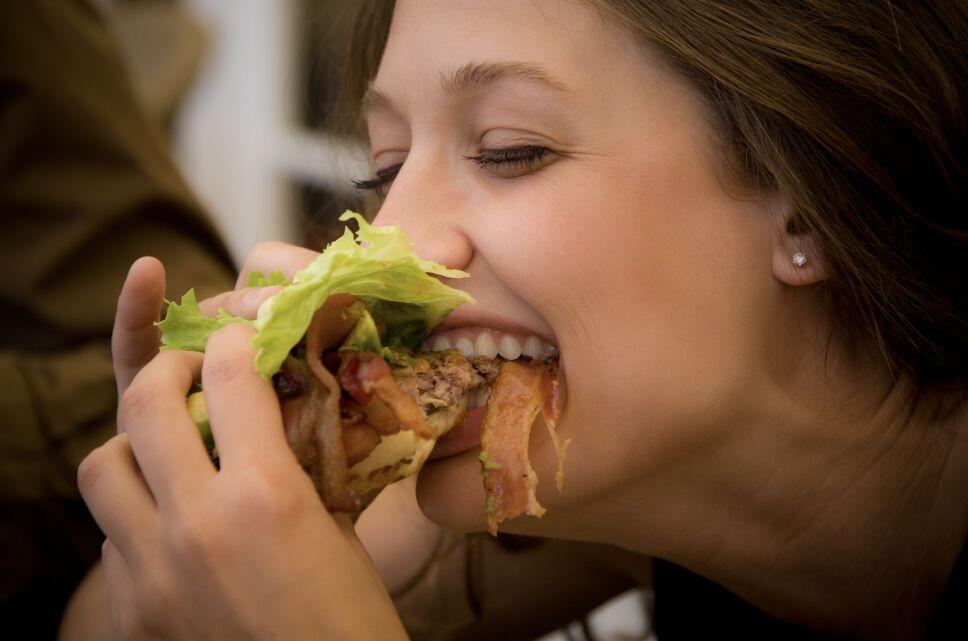 comida cita tinder hamburguesa