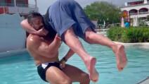 Luchador Andrade aplica un suplex con Ric Flair