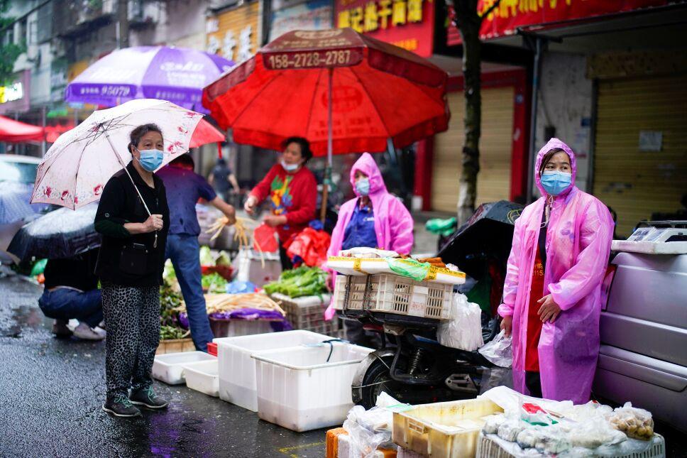 Imagen de archivo de varias personas con mascarillas en un mercado callejero en Wuhan, China.