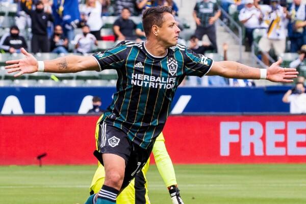 Chicharito celebra con LA Galaxy