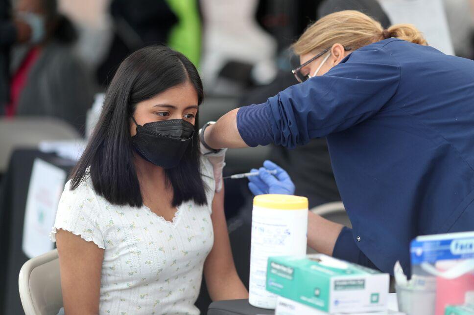 Comienza vacunación de maestros en Argentina