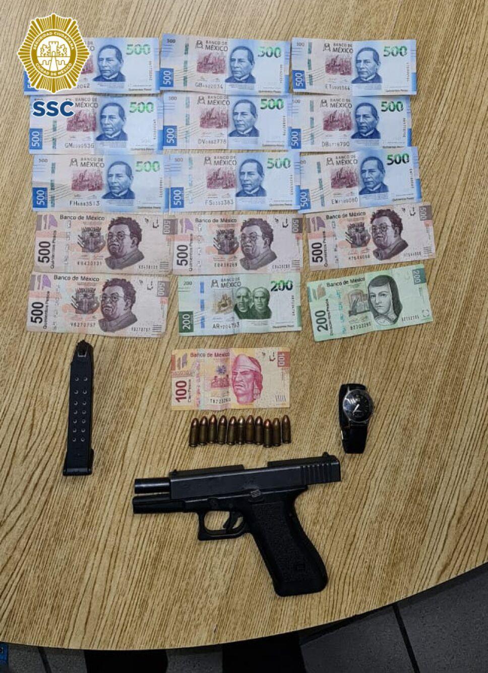 Arma corte y dinero en efectivo