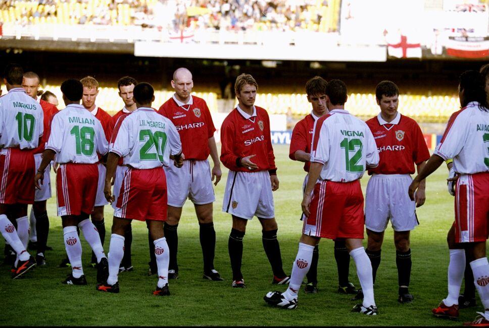Manchester United and Necaxa shake hands