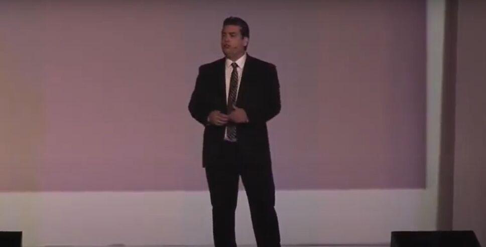 William Rodríguez dando una conferencia en México
