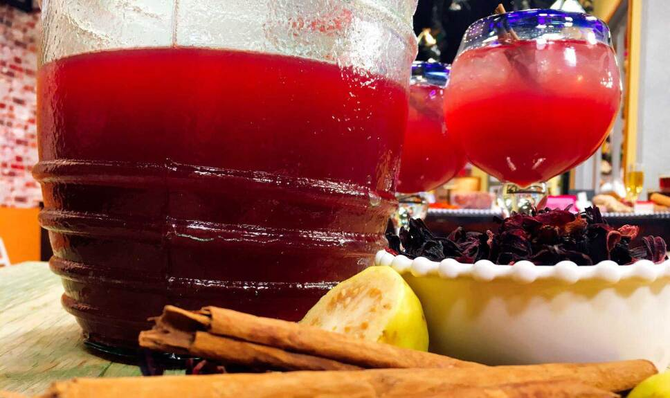 Receta Agua de jamaica con guayaba Cocineros Mexicanos