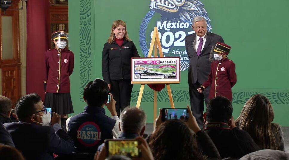 AMLO realiza la develación del cachito de la Lotería Nacional para la rifa de 21 inmuebles y un palco del Estadio Azteca el 15 de septiembre