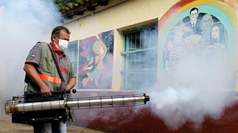 Un trabajador sanitario federal participa de una fumigación para evitar la proliferación del mosquito que transmite el dengue en la Escuela Nacional San Lorenzo, en un vecindario de bajos ingresos de San Lorenzo