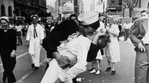 Un beso de historia es el de esta fotografía tomada el 14 de agosto de 1945, cuando Japón se rendía y Estados Unidos celebraba el comienzo del fin de la guerra. Un marinero y una enfermera fueron los protagonistas, quienes se besaron frente a cientos de personas en una calle de Nueva York.