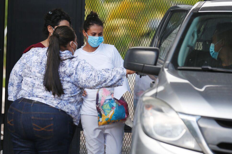 El Salvador libera a mujer condenada por aborto involuntario.