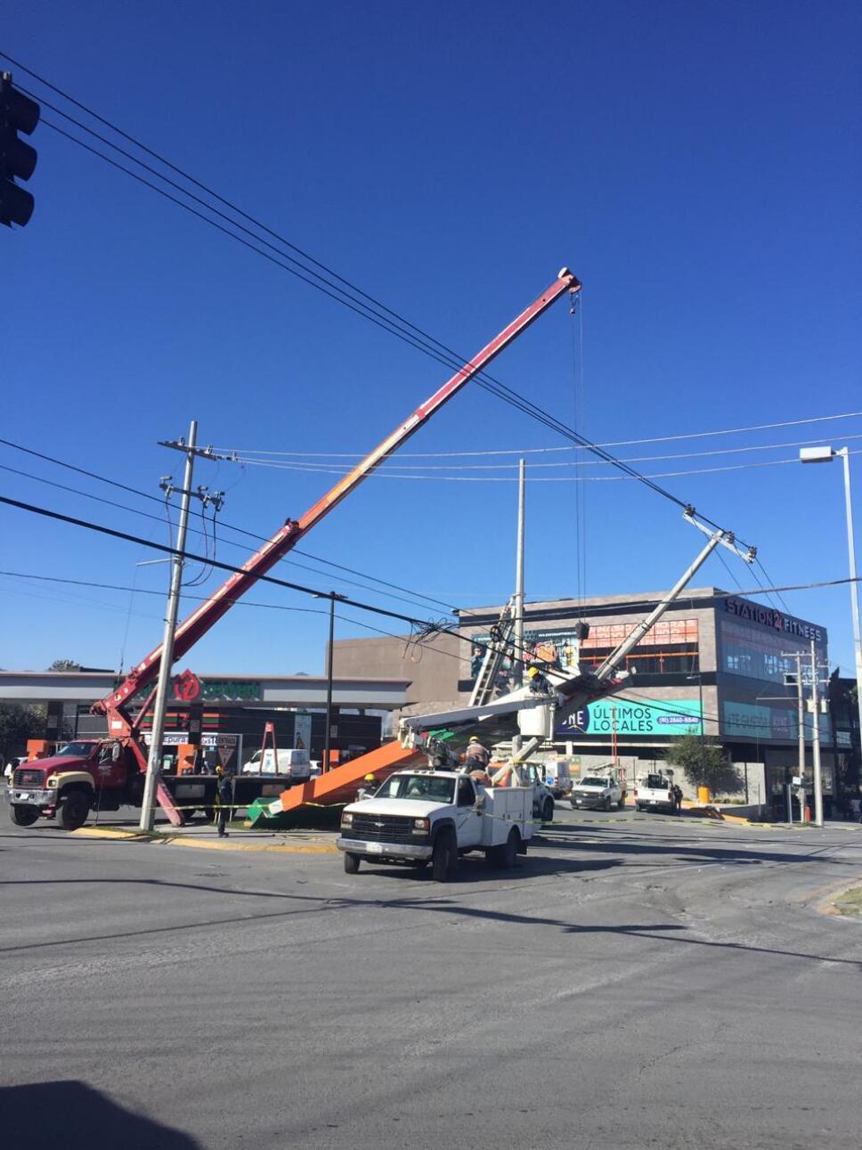 Fuertes vientos en la Zona Metropolitana de Monterrey derriba postes