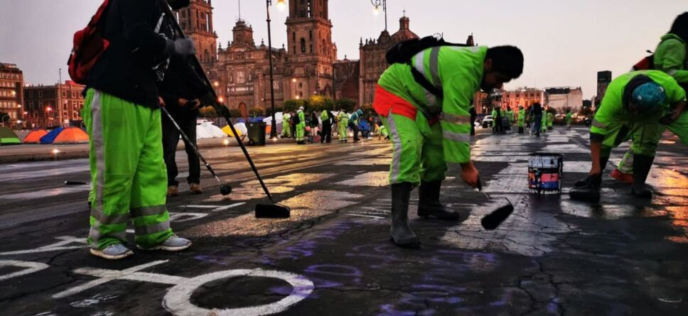 Trabajadores borran pintas Zócalo.jpg