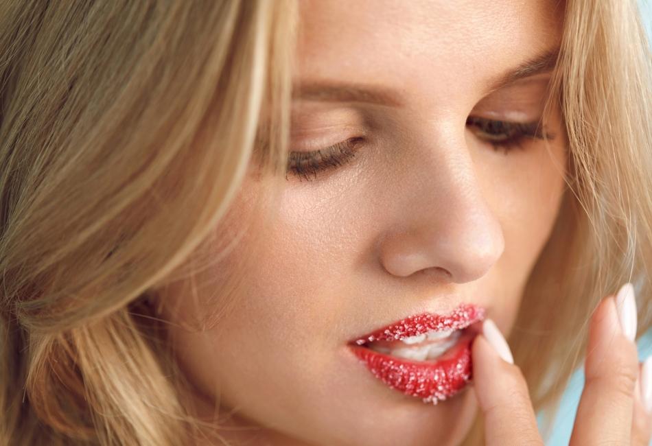 """Así como exfolias tu nariz y mejillas para mejorar tu rostro, también es necesario exfoliar tus labios para mantenerlos suaves, hidratados y libres de """"pellejitos""""."""