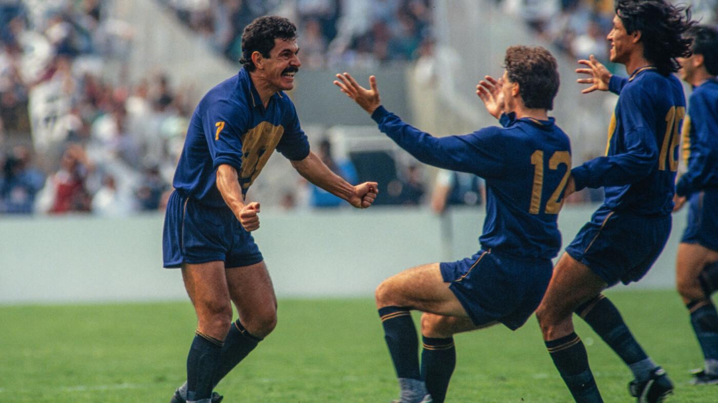 Ricardo Ferretti celebra el gol del título ante América.
