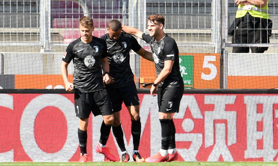 Jugadores del Augsburgo rompieron el protocolo.