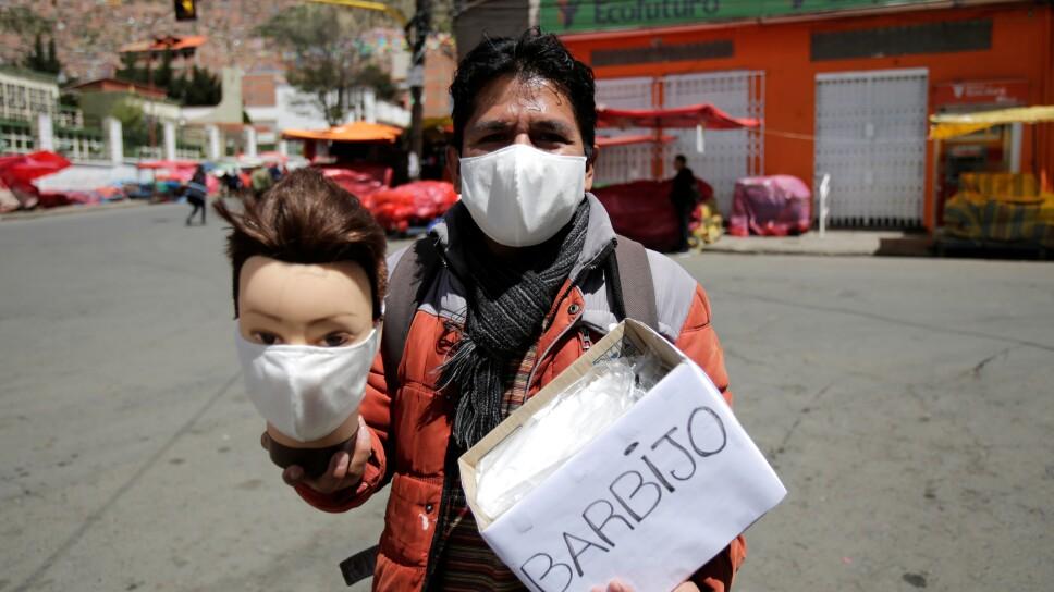 Foto de archivo: un hombre ofrece máscaras para usar ante la expansión del coronavirus en La Paz