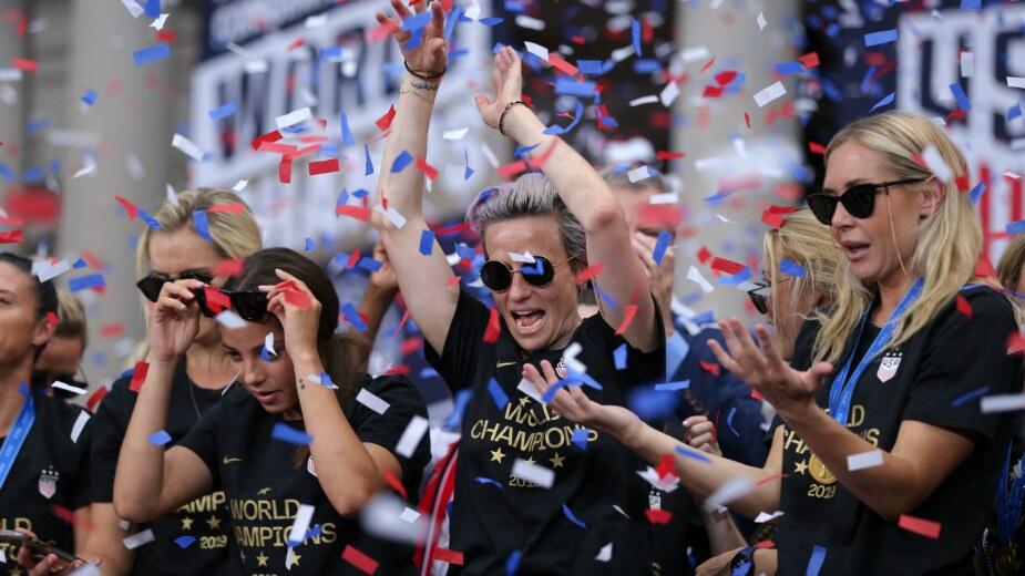 Megan Rapinoe, de la selección femenil de Estados Unidos, celebra con sus compañeras de equipo durante el desfile de celebración por haber ganado el Mundial femenil en Nueva York, EEUU, el 10 de julio del 2019. Imagen: Reuters