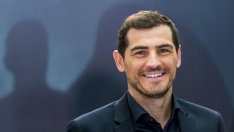 Iker Casillas sonríe en un evento social.