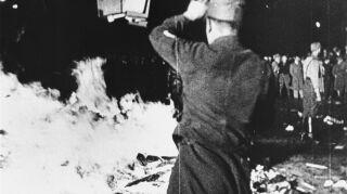 oficial en la quema de libros nazi