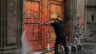 Limpieza de pintas en Palacio Nacional