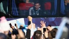Messi saluda a los aficionados