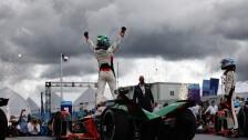 Lucas Di Grassi levanta las manos al cielo tras su victoria.