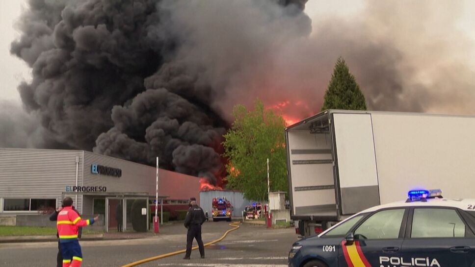 Incendio devoró 5 plantas industriales en España