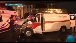 Ambulancia embiste camión de carga.