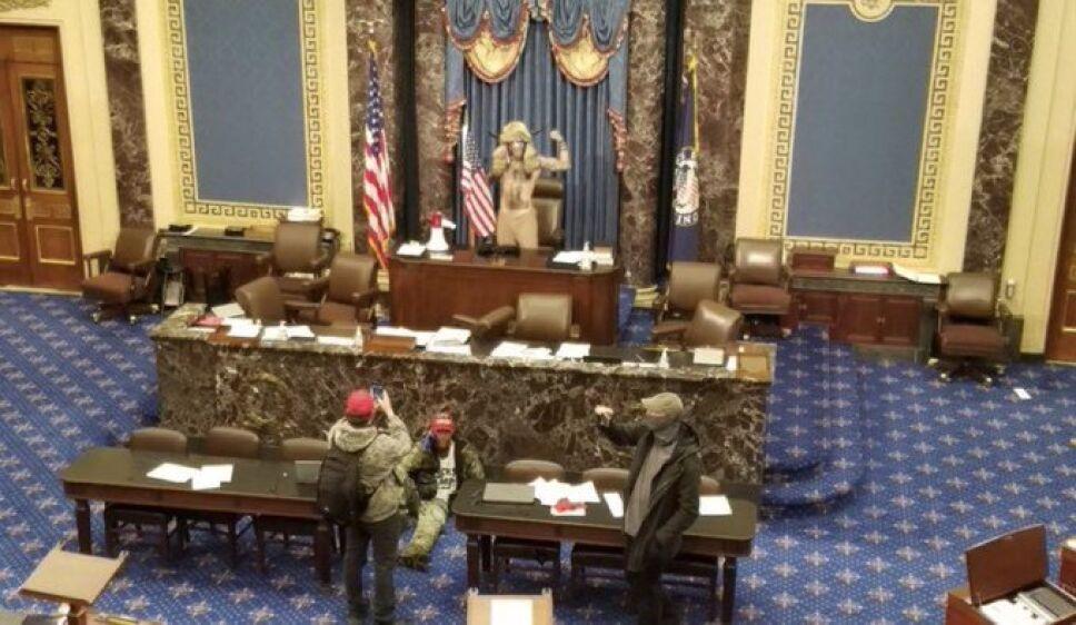 Jake Angeli se toma una foto en el Capitolio