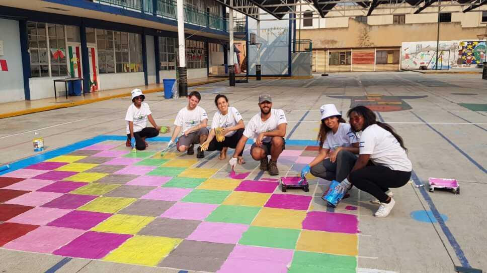 Jóvenes israelíes llenan de color a escuelas primarias de la CDMX