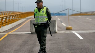 Foto de archivo. Un policía camina sobre el puente de Tienditas en la frontera entre Colombia y Venezuela, cerca a la ciudad de Cúcuta