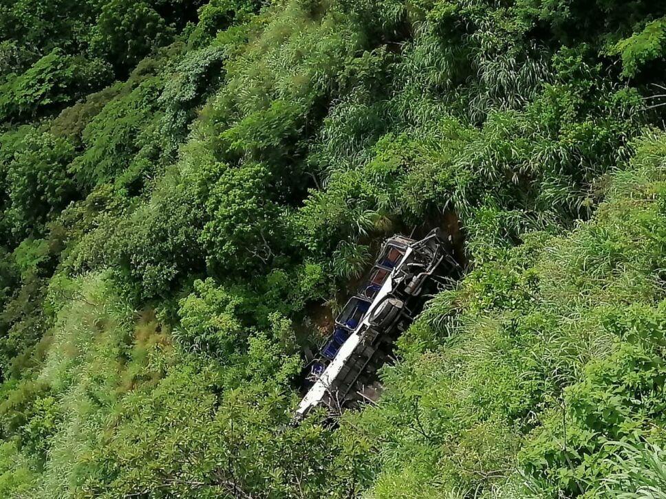 Autobús de pasajeros cae a barranco en Chiapas