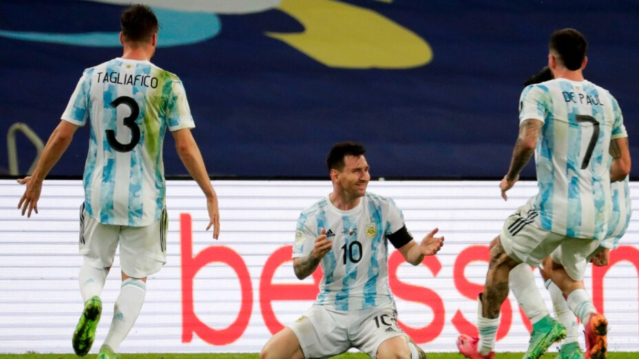 Jugadores de Argentina celebran con Messi