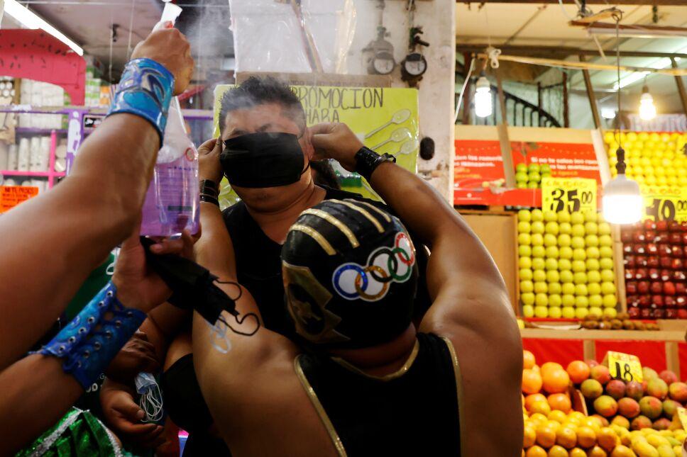 Luchadores obligan a usar cubrebocas en la Central de Abasto