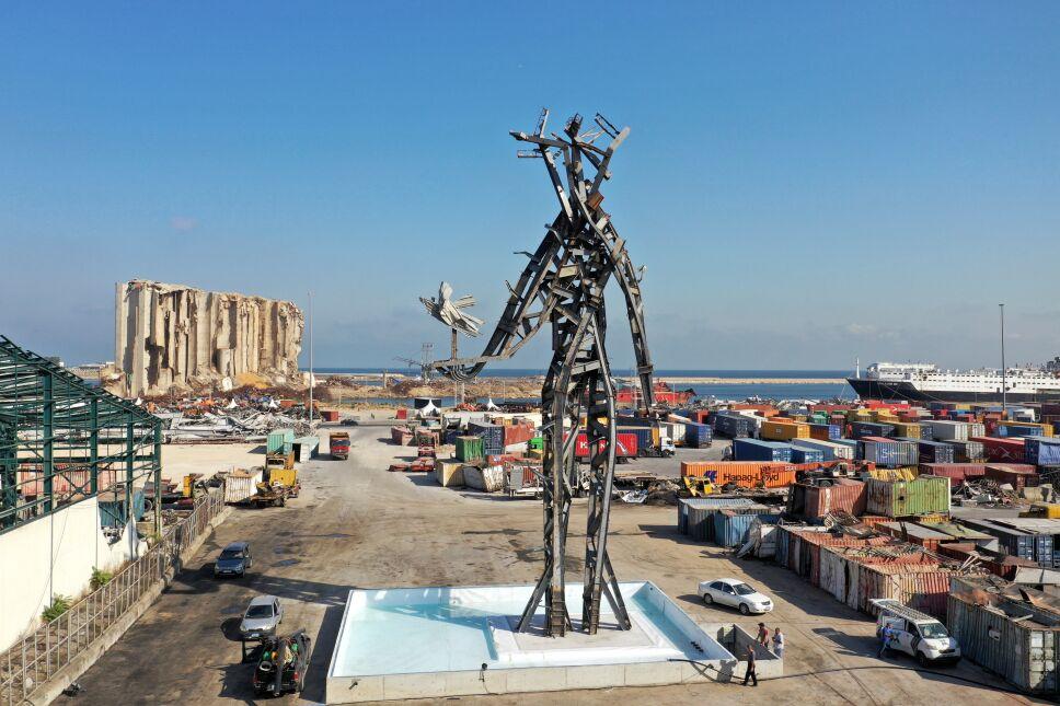Vista desde un dron de The Gesture, una escultura y fuente de 25 metros del arquitecto libanés Nadim Karam para conmemorar a las víctimas de la explosión del puerto de Beirut del año pasado. La obra de arte ha causado opiniones encontradas entre los libaneses.