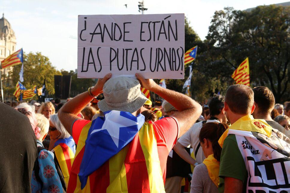 Miles de personas se manifiestan en Barcelona por aniversario de referendo catalán